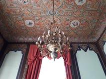 ornamenti del soffitto e del candeliere immagini stock
