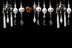 Ornamenti dell'albero di natale bianco e dell'argento sul nero Fotografia Stock Libera da Diritti