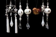 Ornamenti dell'albero di natale bianco e dell'argento sul nero Fotografia Stock