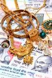 Ornamenti dell'oro su valuta indiana Fotografia Stock