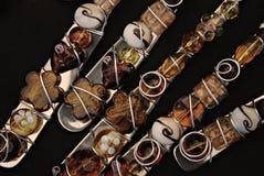 Ornamenti della forchetta e del cucchiaio sul nero Immagini Stock