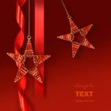 Ornamenti della stella di natale contro priorità bassa rossa Fotografie Stock