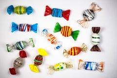 Ornamenti di Candy su fondo bianco fatto di vetro immagini stock