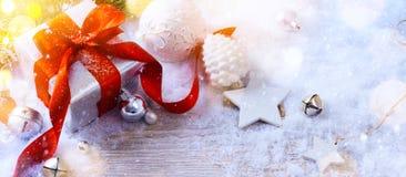Ornamenti di natale bianco e un regalo di Natale immagine stock