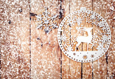 Ornamenti di natale bianco sul bordo di legno rustico. Fotografia Stock