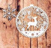 Ornamenti di natale bianco sul bordo di legno rustico. Retro Christma Fotografia Stock