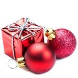 Ornamenti di Natale con il contenitore di regalo rosso e palle isolate sul whi Fotografia Stock