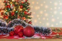 Ornamenti di Natale con l'albero e l'illuminazione festiva del bokeh, fondo vago di festa immagini stock libere da diritti