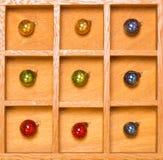 Ornamenti di natale nel colore rosso della casella di ombra Fotografie Stock