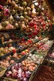 Ornamenti di Natale nel mercato Fotografie Stock