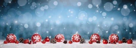 Ornamenti di natale nella neve immagine stock