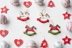 Ornamenti di Natale su fondo Immagini Stock Libere da Diritti