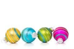Ornamenti di Natale su fondo bianco con lo spazio della copia immagine stock libera da diritti