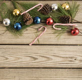 Ornamenti di natale su priorità bassa di legno Fotografia Stock Libera da Diritti