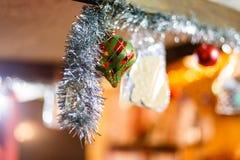 Ornamenti di natale su un albero Fotografia Stock