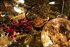 Ornamenti di Natale su un albero acceso della pelliccia fotografie stock