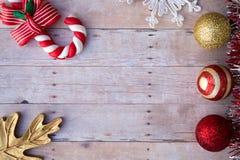 Ornamenti di Natale su un fondo di legno Fotografia Stock Libera da Diritti