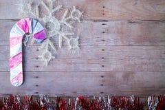 Ornamenti di Natale su un fondo di legno Fotografia Stock