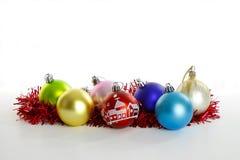 Ornamenti di Natale sul bianco Immagini Stock