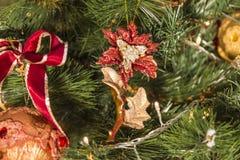Ornamenti di Natale sull'albero di Natale Immagini Stock Libere da Diritti