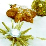 Ornamenti di Natale sulla neve Fotografia Stock