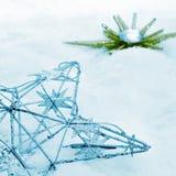Ornamenti di Natale sulla neve Fotografie Stock Libere da Diritti