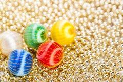 Ornamenti di Natale sulle perle Fotografie Stock Libere da Diritti