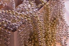 Ornamenti di natale in una casella, che P molto brillante fotografie stock libere da diritti