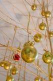 Ornamenti dorati d'attaccatura della palla di Chrismas Fotografia Stock Libera da Diritti