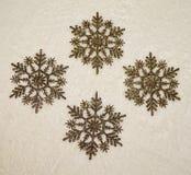Ornamenti dorati dei fiocchi di neve di scintillio Immagine Stock