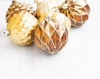 Ornamenti dorati dell'albero di Natale con la decorazione madreperlacea delicata delle palle Immagini Stock