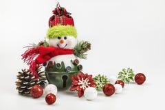 Ornamenti e bagattelle di festa di Natale su un fondo bianco Immagini Stock Libere da Diritti