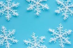 Ornamenti e decorazione del fiocco di neve di natale su fondo blu fotografia stock