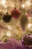 Ornamenti e decorazione dell'albero di Natale fotografia stock libera da diritti