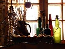 Ornamenti e finestra delle bottiglie Immagini Stock
