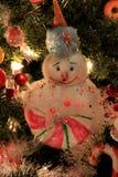 Ornamenti e luci adorabili del pupazzo di neve di festa sull'albero di Natale Fotografie Stock Libere da Diritti