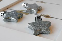 Ornamenti luccicanti della stella su legno bianco Immagini Stock Libere da Diritti