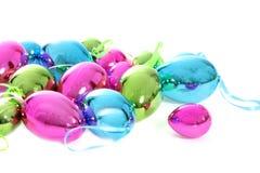 Ornamenti metallici brillanti luminosi dell'uovo di Pasqua Fotografie Stock Libere da Diritti