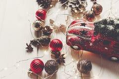 Ornamenti moderni di natale, giocattolo dell'automobile con l'albero ed anice o dei coni Fotografia Stock