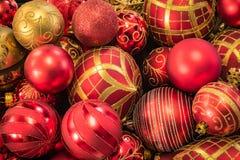 Ornamenti operati dell'albero di Natale dell'oro e di rosso Fotografia Stock Libera da Diritti
