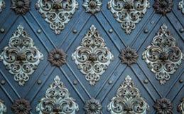Ornamenti ripetitivi medievali del modello antico rustico delle porte Immagini Stock