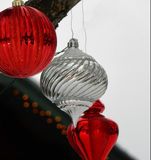 Ornamenti rossi, bianchi e chiari di Natale in neve Immagine Stock Libera da Diritti