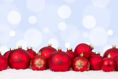 Ornamenti rossi delle palle della cartolina di Natale con copyspace Fotografia Stock