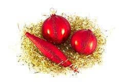 Ornamenti rossi di natale su oro. Fotografie Stock