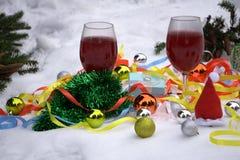 Ornamenti rossi e rossi del fondo di Natale e palle rosse di Natale sui precedenti Carta di Buon Natale Il tema di un inverno uff Fotografia Stock Libera da Diritti