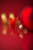 Ornamenti rossi e dorati di natale su fondo rosso con lo spazio della copia Immagine Stock