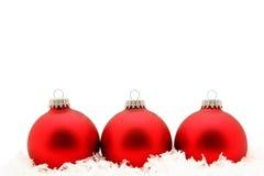 Ornamenti rossi in neve Immagini Stock
