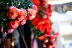 Ornamenti scintillanti rossi di Natale Immagini Stock