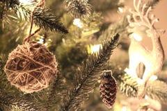 Ornamenti su un albero di Natale immagini stock libere da diritti