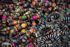 Ornamenti tribali visualizzati a colori sulle vie nel Kerala Fotografie Stock Libere da Diritti